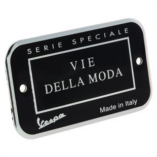Obrázek výrobku pro 'Plaketa Vie Della Moda přihrádka na zavazadlaTitle'