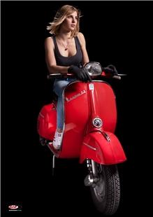 """Zdjęcie produktu dla 'Poster SIP z motywem """"Dziewczyna Vespa"""" czerwony Vespa 180SSTitle'"""