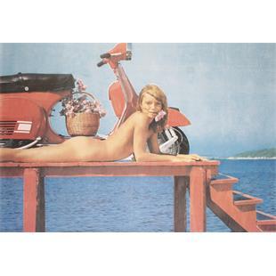 "Zdjęcie produktu dla 'Poster z motywem ""Vespa Rally Girl at Sea""Title'"
